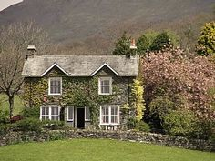 Detached house for 10+ in Grasmere surrounded by spectacular views. Holiday cottage for rent with the added security of our fraud protection. 6740847