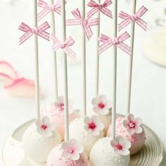 Living magazine Cake Pops are a great and unique way to have cake but travel around with it!Cake Pops are a great and unique way to have cake but travel around with it! Cake Pops Roses, Flower Cake Pops, Pink Cake Pops, Pretty Cakes, Cute Cakes, Beautiful Cakes, Amazing Cakes, Wedding Cake Pops, Wedding Cakes