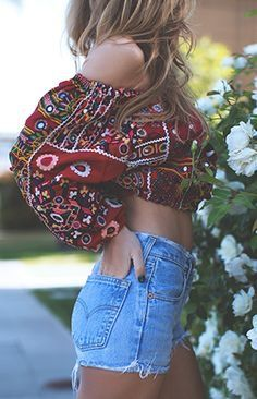 Tips to add that bohemian style into your wardrobe. Boho outfit ideas with tribal prints, patterns and accessories to complete the cute boho look! Hippie Style, Bohemian Style, Bohemian Fashion, Boho Chic, Bohemian Dresses, Boho Outfits, Bohemian Outfit, 30 Outfits, Grunge Outfits