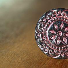 Fimo orient XXV. - prsten Fimo korálek o průměru 1,8cm. Základ ječerná placka s otiskem růžového pudru. Sada snáhrdelníkem a náušnicemi.  - polymer by teruberu