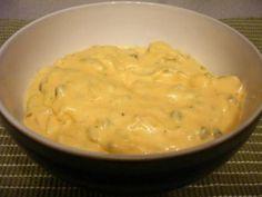 Deux cuillères à soupe de relish A peu près 175 ml de mayonnaise américaine (3/4 d'une cup) 1 cuillère à soupe de moutarde américaine 1 cuillère à café de poudre d'oignons 1 cuillère à café de poudre d'ail 1 cuillère à café de paprika 1 cuillère à café de vinaigre blanc