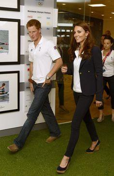 Pin for Later: Kate Middletons Lieblingsschuhe können euch gehören Kate Middleton in Stuart Weitzman Corkswoon Wedges