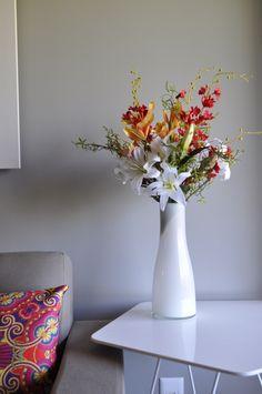 Mais um lindo exemplar RP Arranjos. Esse é feito de lírios brancos, licasta e orquídeas. E não se espante: não há uma única flor natural nesse arranjo. Mesmo de perto, você não seria capaz de diferenciar. Visite-nos para conhecer outros arranjos. Caprichamos na qualidade do produto e na criatividade para surpreender você.