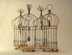 Jill Walker: estruturas de gaiola, objetos curiosos