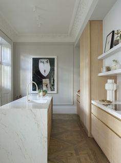 Explore this incredible minimalist neutral London apartment. This space is full of inspiration for minimalist color lovers. Layout Design, Kitchen Interior, Kitchen Design, Grey And White Bedding, Country Look, Beige Cabinets, Decoracion Vintage Chic, London Apartment, Parisian Apartment
