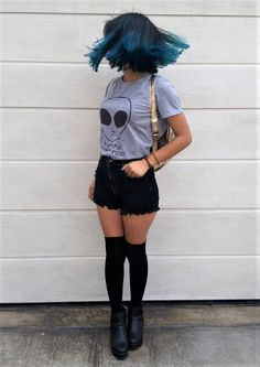 Choker, graphic printed t-shirt, denim shorts, long socks & platform shoes by elblogdealiena