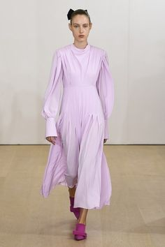 Emilia Wickstead Spring 2019 Ready-to-Wear Fashion Show Collection: See the complete Emilia Wickstead Spring 2019 Ready-to-Wear collection. Look 14 Fashion Week, Spring Fashion, High Fashion, Couture Fashion, Runway Fashion, Moderne Outfits, In Vivo, Pastel Outfit, Emilia Wickstead