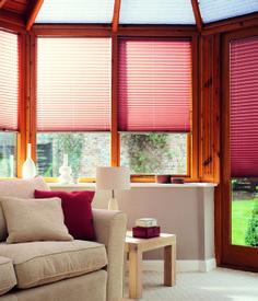 różowe plisy - drewniane okna - jasne wnętrza - naturalne światło - inspiracje kolorystyczne - paleta kolorów - projekt salonu