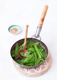 Gebratene Zuckerschoten Die Zuckerschoten werden mit Sesam in der Pfanne kurz angebraten und mit Sojasauce gewürzt.