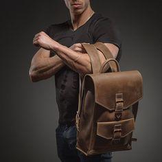 Hola, amigos. Algunas palabras sobre nuestra mochila. Esta mochila marrón hecho a mano será tu compañera confiable en el estilo de vida urbano. Usted puede conseguir un ordenador portátil con tamaño de pantalla 15,6, un suéter caliente sólo en caso y para
