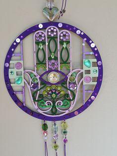 Peça para porta de entrada, para proteção do local. Muito decorativa com detalhes em aplicações e muitas cores.