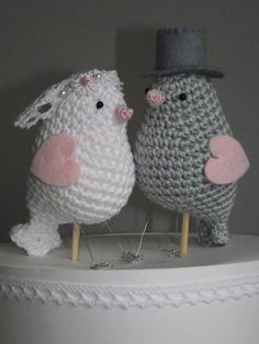On top of the wedding cake. Crochet Birds, Crochet Cross, Cute Crochet, Crochet Animals, Wedding Birds, Wedding Cake, Crochet Projects, Crochet Patterns, Crafty