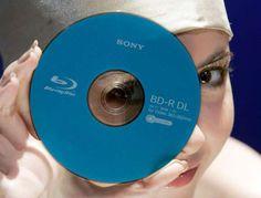 202 - 2003: EL BLU-RAY Luego del éxito del DVD, el Blu-ray ofrece una mayor capacidad de almacenamiento, lo que también se puede traducir en una mayor calidad de audio y video. En los años siguientes al lanzamiento, el blu-ray comenzó a utilizarse en la distribución de video en 3D.
