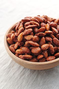 Candied Almonds: sweet, simple and healthy snack made by roasting almonds with honey and cinnamon. : Candied Almonds: sweet, simple and healthy snack made by roasting almonds with honey and cinnamon. Nut Recipes, Healthy Recipes, Healthy Snacks, Snack Recipes, Cooking Recipes, Eat Healthy, Yummy Snacks, Yummy Food, Lunch Snacks