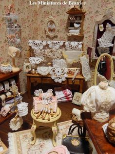 Les Miniatures de Béatrice Vitrine Miniature, Miniature Rooms, Miniature Crafts, Miniature Houses, Miniature Furniture, Antique Booth Displays, Craft Booth Displays, Barbie Accessories, Room Accessories