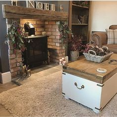 Kitnet & Studio Decoration: Designs & Photos - Home Fashion Trend Fireplace Design, Christmas Living Rooms, Farmhouse Fireplace, House Interior, Country House Decor, Cottage Living Rooms, Home And Living, Cosy Living Room, Country Living Room