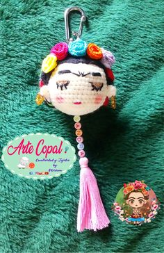 A little present for my daughter's teacher waiting for you like your new Frida Kahlo keychain pe Crochet Key Cover, Love Crochet, Learn To Crochet, Crochet Gifts, Crochet Dolls, Crochet Bear Patterns, Crochet Keychain, Diy Schmuck, Crochet For Beginners