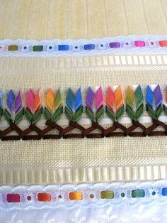 Linda peça de toalha aveludada,bordada com fitas de cetim trançadas.  Acabamento com lese e passa fita.  Bordamos em outras cores de acordo com as preferências