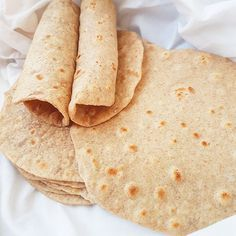 Galette tortilla au blé complet Healthy Wraps, Healthy Tacos, Healthy Recipes, Taco Burger, Tortilla Wraps, Main Meals, Health And Nutrition, Food Videos, Healthy Eating