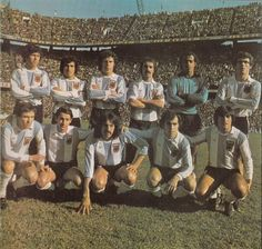 1977 Argentina; Arriba, de izq a der: Daniel Pasarella, Américo Gallego, Daniel Killer, Vicente Pernía, Héctor Baley y Alberto Tarantini. Abajo: Daniel Bertoni, Osvaldo Ardiles, Leopoldo Luque, Ricardo Bochini y Oscar Ortiz. School Football, Football Jerseys, Soccer Teams, Argentina Football Team, Argentina National Team, Image Foot, Legends Football, Juventus Fc, Team Photos