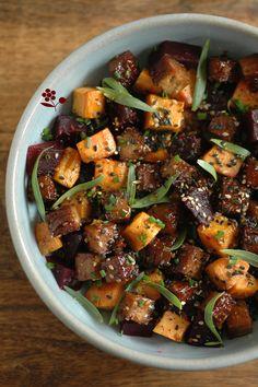 Assiette de betterave, patate douce rôtie, tofu fumé amande & sésame laqué, estragon & ciboulette