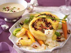 Kartoffel-Pilz-Rolle mit Wintergemüse und Gruyèresoße Rezept | LECKER