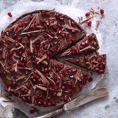Chokoladetærte med granatæble. Silkeblød. De syrlige granatæbler klæder den meget søde mælkechokolade fantastisk godt. I ganachen forenes de to elementer, og resultatet er en sød, silkeblød ganache med en slående fin friskhed. - Foto: Maja Ambeck Vase Baking Recipes, Cake Recipes, Dessert Recipes, A Food, Food And Drink, Recipe Images, Cakes And More, Cake Cookies, Yummy Food