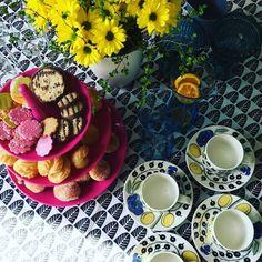 Valmis! Herkullista vappua!  #vappu #juhla #juhlapöytä #kahvipöytä #munkki #leivonta #baking #bakning #iittala #iittalaparatiisi #essence #tuulihatut #gerbera #kukka