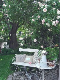 love the round patio with this settee