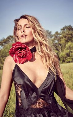 Blake Lively's Sexiest Photos Ever since she played the snobby private school girl Serena on Gossip Girl we've been in love with Blake Lively. Gossip Girl Cast, Blake Lively Ryan Reynolds, Blake Lovely, Blake Lively Style, Blonde Actresses, Gossip Girl Fashion, Hollywood Actresses, Beautiful Actresses, Sexy Women