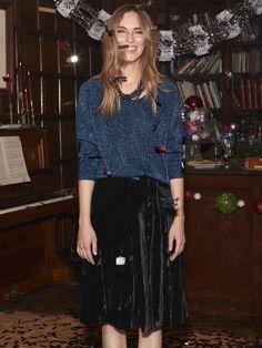 Cenas de Navidad. Falda de tercipelo negra y sueter azul. Lo más importante, llevar tu pelo al natural con ondas despeinadas.