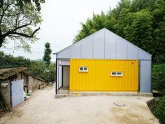 すべての人に快適な住まいを。 韓国の農村に建つ、ポップな黄色が目を引くコンテナハウス。この家には両親と子ども5人の大家族が生活しています。設計した JYA-RCHITECTSと、スポンサーとなった韓国