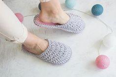 Bride Slippers, Wedding Slippers, Womens Slippers, Diy Crochet Slippers, Crochet Baby Shoes, Bridesmaid Slippers, Crochet Gifts, Crochet Ideas, Pom Pom Slippers