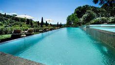 Il Salviatino est l'un des plus beaux hôtels du monde. Situé sur les collines de Florence à 20mn du centre ville, cette superbe villa attire jet set et couples en quête de romantisme. Des jardins à la terrasse avec vue superbe vue sur la ville, de la piscine à débordement au charme des chambres, tout est fait pour inciter au romantisme et à la Dolce Vita.