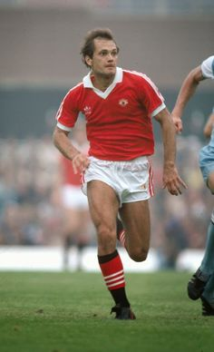 circa 1981 Ray Wilkins Manchester United Ray Wilkins also won 84 England international caps in his career between 19761986 Best Football Team, Retro Football, Football Stuff, Football Kits, Vintage Football, Sport Football, Ray Wilkins, Man Utd Squad, Der Club
