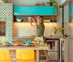 Colorida, esta cozinha se beneficiou dos padrões geométricos dos ladrilhos, que intermediam os tons amarelo e turquesa.