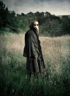 Plague Doctor - during the Bubonic Plague Dr's would wear this creepy looking mask seen here. Plague Mask, Plague Doctor Mask, Plague Dr, Creepypasta Wiki, La Danse Macabre, Der Joker, Bubonic Plague, Creepy Photos, Black Death