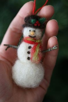 ~Pamela Susan~: Wool Weekend: Needle Felted Acorns DIY Tutorial (snowman in photo is mentioned in tutorial)This Snowman might make an easy first attempt at needle felting.no tutorial but she does have a great tutorial for real acorn caps with felted Felt Christmas Decorations, Felt Christmas Ornaments, Snowman Ornaments, Christmas Crafts, Needle Felted Ornaments, Christmas Needle Felting, Christmas Tree, Felt Snowman, Snowman Crafts