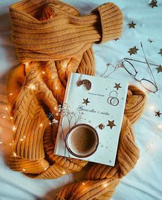 Joyeux Noel – Most Comfortable Things Cozy Aesthetic, Autumn Aesthetic, Aesthetic Coffee, Aesthetic Outfit, Aesthetic Clothes, Autumn Photography, Book Photography, Hufflepuff Wallpaper, Autumn Cozy