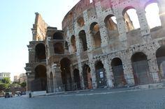 O Coliseu se chama anfiteatro Flávio ou Flaviano, sabiam disso? Pois é, Coliseu é um apelido que pegou devido a expressão latina Colosseum, que era dada à estátua enorme, colossal do imperador Nero. Essa estátua ficava próximo ao anfiteatro que foi construído com o objetivo de distrair imperadores e cidadãos ricos, que assistiam a combates mortais entre gladiadores e animais selvagens.