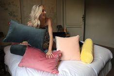 Combo Design is officieel dealer van Fatboy. ✓ Fatboy - King Velvet Poef makkelijk bestellen ✓ Gratis verzending (NL) ✓ 1-3 werkdagen✓ Floral Throw Pillows, Throw Pillow Sets, Outdoor Throw Pillows, King Pillows, Down Pillows, Velvet Cushions, Perfect Pillow, Dark Blue, Design