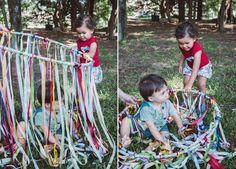 Cortina Sensorial com Fitas | Ribbons and a Hula Hoop: sensorial activities for babies and kids