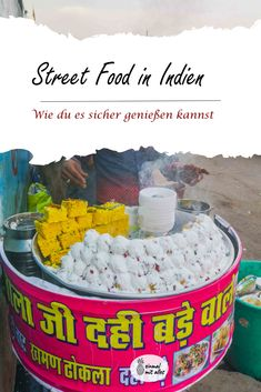 Keine Angst vor dem köstlichen Essen auf Indiens Straße. Mit ein paar Tipps kannst du es bedenkenlos probieren! Samosas, Lassi, Angst, Coffee Cans, Canning, Drinks, Gourmet, Indian, Mouth Watering Food