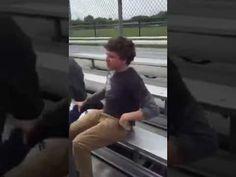Mujer le da de bofetadas a un jovencito estudiante