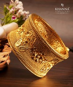 Charms Jewelry This exquisite gold bangle showcases the excellent craftsmanship and design from KhannaJewellers. 28 May 2018 Gold Bangles Design, Gold Earrings Designs, Gold Jewellery Design, Armband Rosegold, Gold Armband, Charm Jewelry, Gold Jewelry, Gold Bangle Bracelet, Indian Jewelry