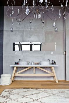 Une salle de bains à la déco éclectique.
