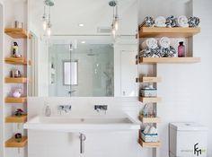 Деревянные полочки с полотенцами в ванной