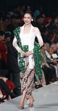 modern kebaya, design by anne avantie, indonesia