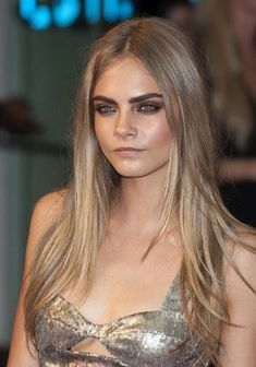 Much-loved celebrity makeup looks – songstress Adele and model-of-the-moment Cara Delevingne. Balayage Blond, Dark Blonde Hair, Shades Of Blonde, Blonde Highlights, Cara Delevingne Haar, Cara Delevigne Makeup, Cara Delevingne Tattoo, Cara Delevingne Eyebrows, Celebrity Makeup Looks