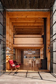 The Hut on Sleds is a beach house designed by New Zealand architecture firm Crosson, Clarke, Carnachan Architects. Good House, Tiny House, Small Modern Cabin, Modern Cabins, Mini Loft, Getaway Cabins, Small Buildings, Beach Cottages, Beach Houses